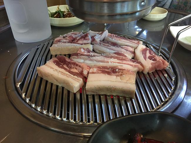 サゴヤンマンゴマシンヌンチプ(싸고 양많고 맛있는집)黒豚のオーギョプサル