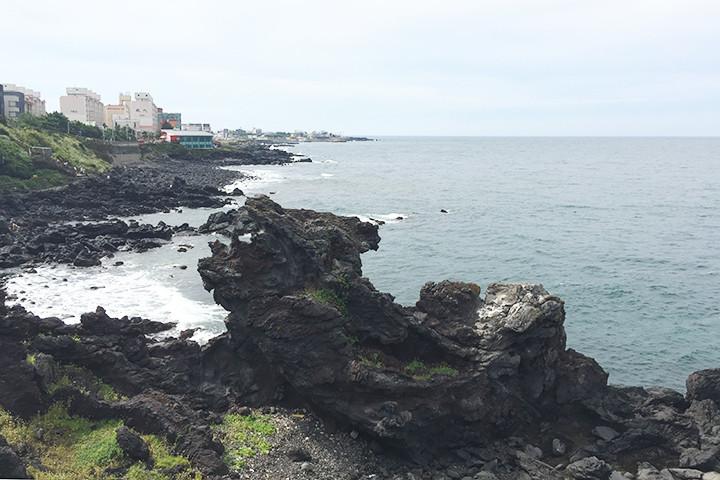 龍頭岩(ヨンドゥアム / 용두암) - チェジュ島観光