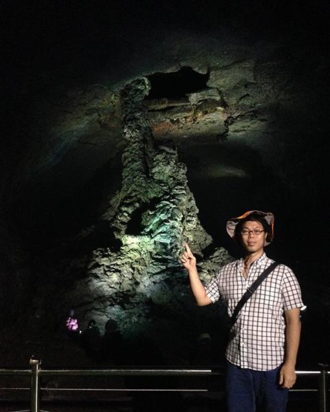 「溶岩石柱」マンジャングル(万丈窟 / 만장굴)