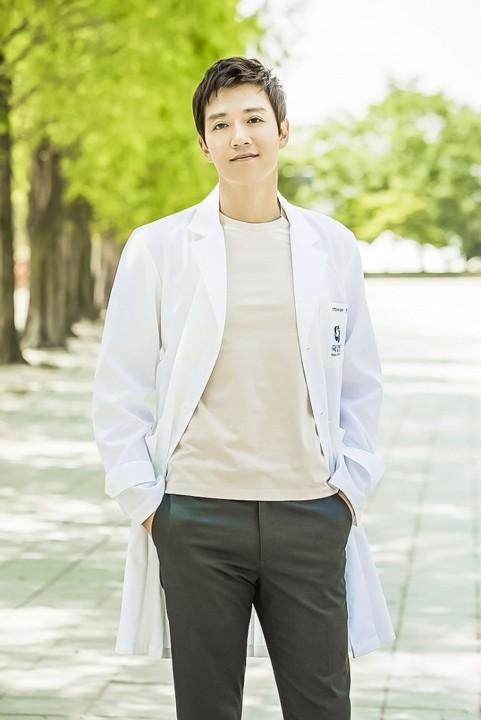 キム・レウォン/ホン・ジホン役