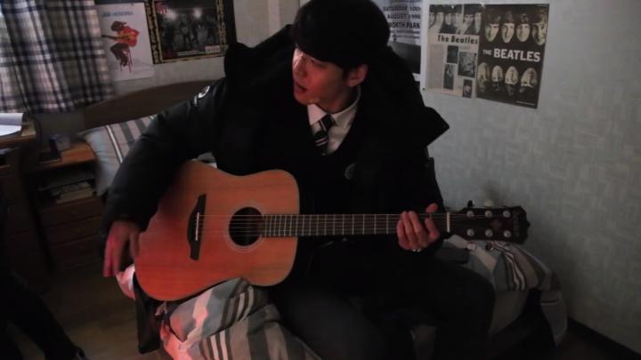 キム・ウビンのギター演奏とスジのクマのぬいぐるみ
