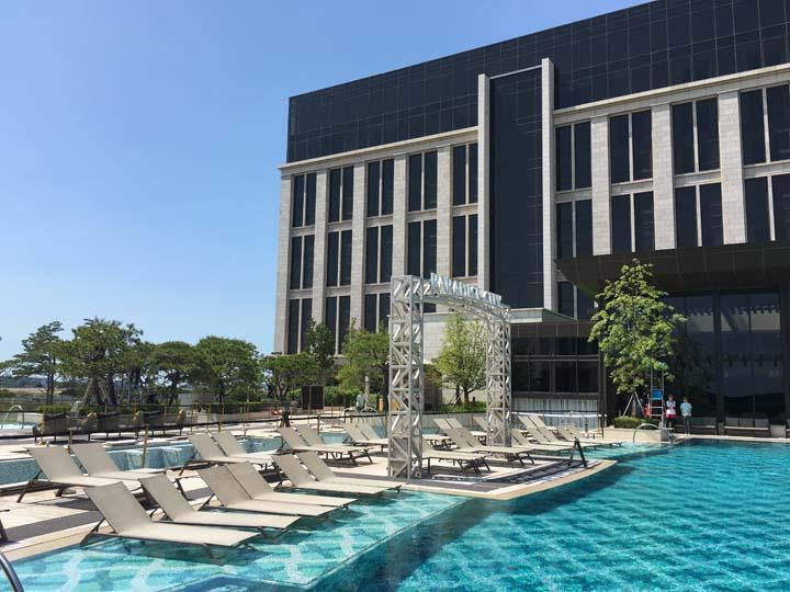 ホテルの野外プール